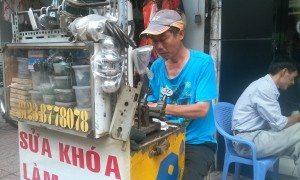 một thợ sửa khóa tại Saigon
