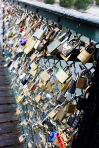 khóa tình yêu tại Paris, Pháp.
